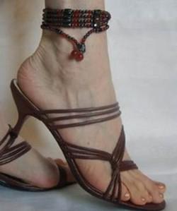 Как можно использовать бусы из гематита в качестве ножного браслета